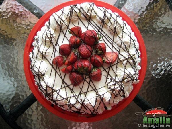 Tort cu capsuni si crema de lapte (tortcucapsuni0)   imagine reteta