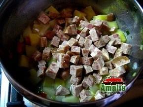Mancare de cartofi de post cu salam vegetal (mancare cartofi legume salam vegetal preparare 6 290x217)   imagine reteta