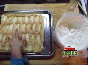 Prajitura cu mere si branza de vaci (prajitura cu mere 2 290x217)   imagine reteta