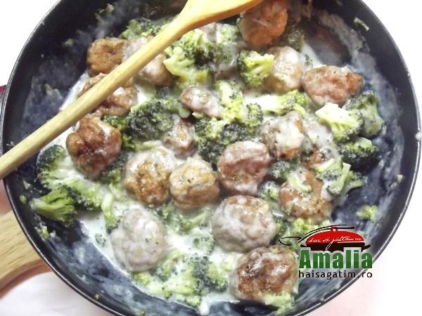 Chiftelute-de-pui-cu-broccoli