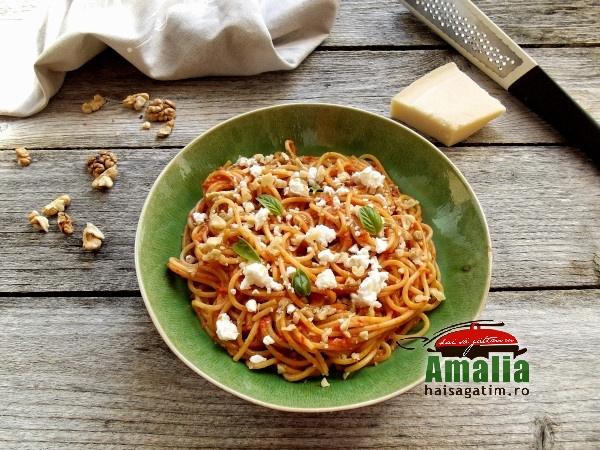 Spaghete-cu-sos-pesto-de-ardei-copti-nuci-si-branza-feta-2